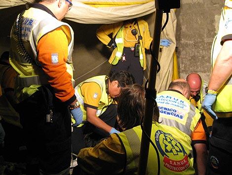 Médicos del Samur atienden al hombre que fue disparado en Vallecas.   Ayuntamiento de Madrid