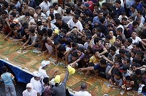 Palestinos a la búsqueda de una pieza de Knafeh. | AFP