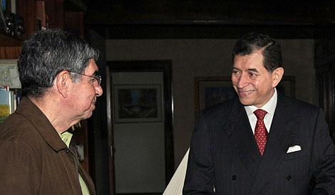Óscar Arias, a la izquierda, con un representante de Roberto Micheletti.   AFP