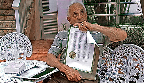 Martínez exhibe el perdón presidencial otorgado por Reagan. | M. Aguilera