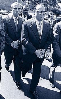 Martínez camina esposado tras Barker en 1973. | AP