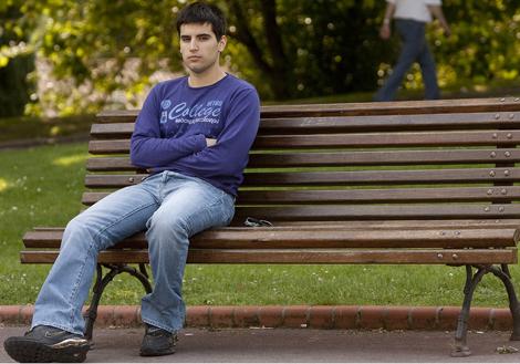 Rubén Puelles, hijo de la última víctima de ETA, en el parque de Doña Casilda de Bilbao. / Mitxi