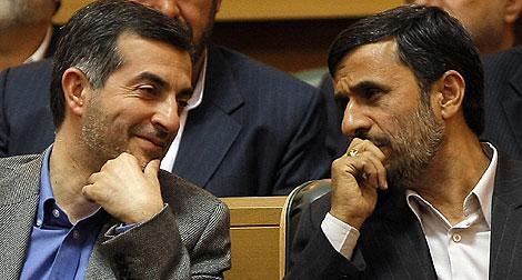 Esfandiar Rahim Mashaie y Mahmud Ahmadineyad, en abril. | AFP