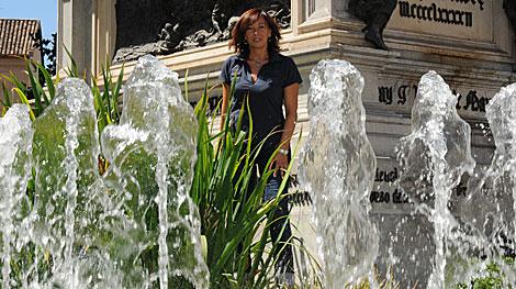Regina Galán junto al monumento a los Reyes Católicos en Granada. | Jesús G. Hinchado