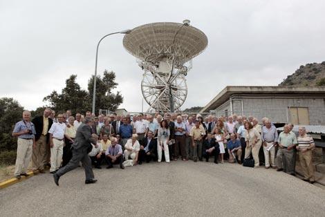 Antiguos participantes de la misión Apolo 11, junto a la antena que había en Fresnedillas. / Antonio Heredia