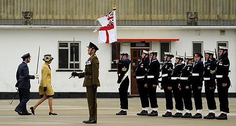 La princesa Ana de Inglaterra pasa revista a las tropas británicas en Gibraltar. | P. Armestre