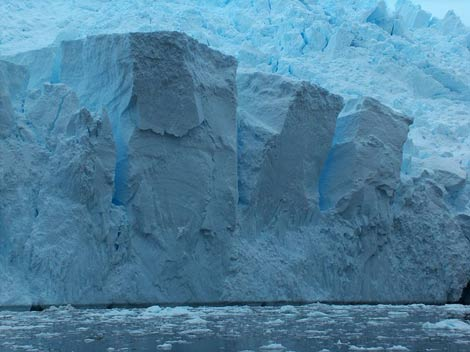 Un bloque de hielo en la Antártida. | Lyubomir Ivanov