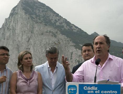 Los dirigentes del PP andaluz comparecieron en La Línea, enfrente del Peñón. | Efe