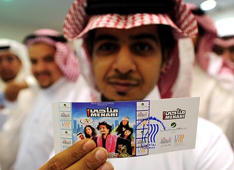 Un saudí sostiene la entrada para ver 'Menahi', la comedia estrenada en diciembre del año pasado. | Afp