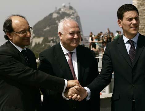 Peter Caruana, Miguel Ángel Moratinos y David Miliband en Gibraltar. | Reuters