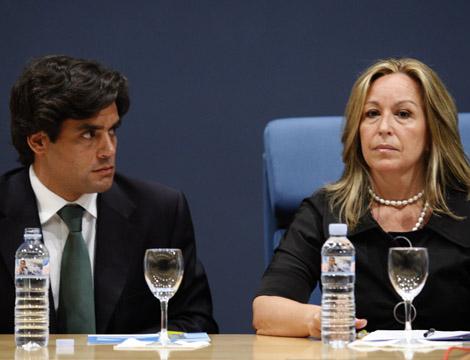 Trinidad Jiménez, junto a Juan José Güemes, consejero de Sanidad de Madrid. | Sergio González