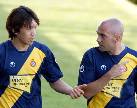 Nakamura charla con De la Peña en una sesión de entrenamiento.   Efe