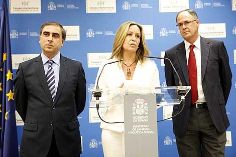La ministra de Sanidad, Trinidad Jiménez, entre dos altos cargos del Ministerio. | Sergio Enríquez