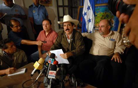 El depuesto presidente, Manuel Zelaya, en la embajada hondureña en Managua | Efe