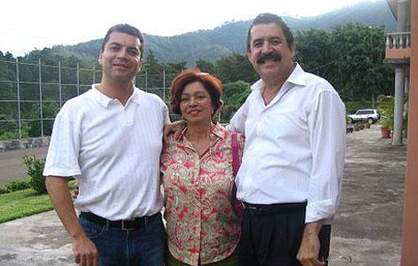 Marina, esposa de Teótimo Osorio, con el ex vicepresidente de Honduras, Elvin Santos (i), y Zelaya (d).