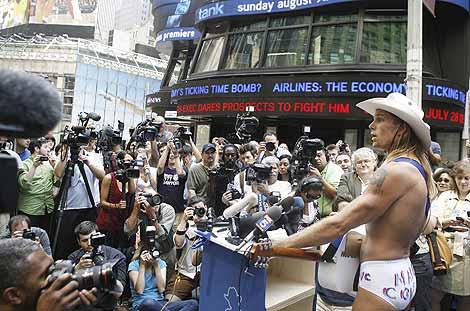 El 'Vaquero Desnudo' presenta su candidatura en Times Square.   Reuters