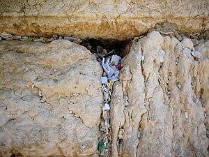 Es tradición introducir un pequeño papel con una plegaria entre las rendijas del muro.