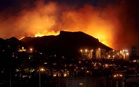 El fuego, durante la noche, ante la ciudad de Marsella.   Efe