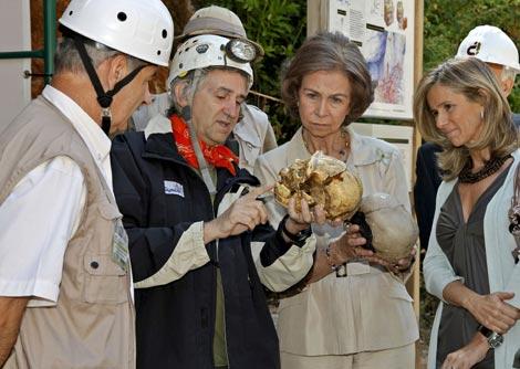 Visita de la Reina Sofía a Atapuerca, en julio, cuando inauguró el CENIEH.  EFE