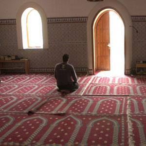 Un musulmán rezando en la mezquita de Palma.