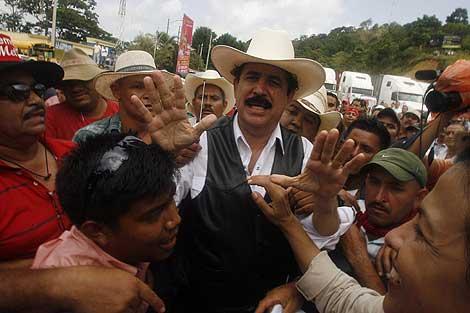 Manuel Zelaya, en el paso fronterizo de Las Manos.   Reuters
