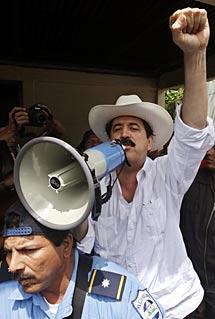 Zelaya, de nuevo en la frontera.   AP