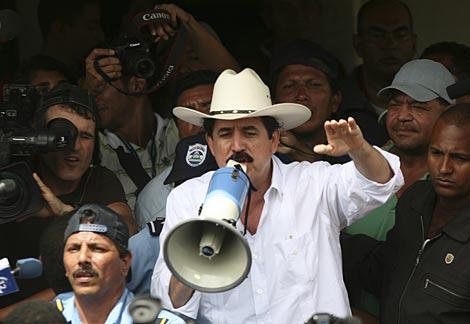 Zelaya en la frontera. | Reuters