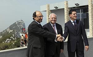 Moratinos, junto a su homólogo británico y el ministro principal de Gibraltar (AP).