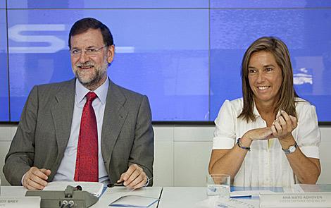 Mariano Rajoy, junto a la vicesecretaria de Organización, Ana Mato.   Efe
