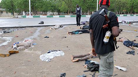 Un policía observa los cadáveres de varios islamistas en Maiduguri. | AFP