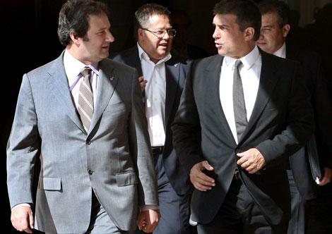 Jordi Hereu y Joan Laporta tras la firma del acuerdo. |Efe