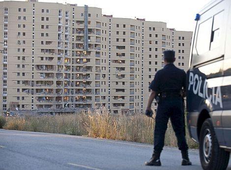 Un agente de Policía vigila esta mañana ante la casa cuartel. | Efe