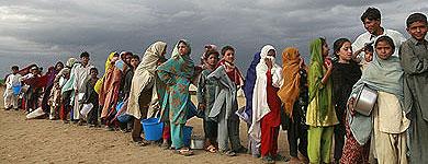 Dezplazados en un campo de Swat forman fila para obtener ayuda.   Reuters