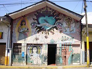 Fachada de la asociación dibujada por el pintor peruano Christian Bendayán, ideólogo de 'La Restinga'. | W. Fernández