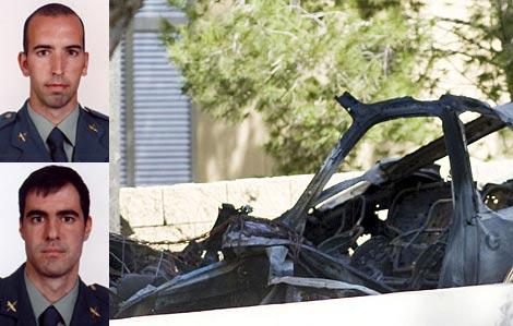 D. Salva (arriba) y C. Sáenz (abajo). A la dcha, los restos del vehículo. | Fotos: Guardia Civil/Efe