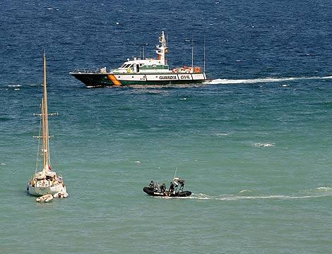 La Guardia Civil patrulla por las costas de Palmanova | Bernardo Paz