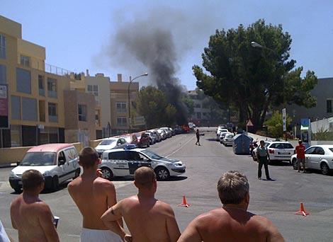 Varios turistas observan el humo de la explosión en Mallorca. | Reuters