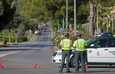 Agentes de la Guardia Civil vigilan la zona acordonada en Calvià. | Efe