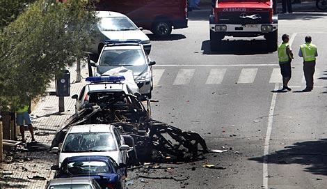 Varios agentes, junto al coche de los guardias civiles asesinados. | AP