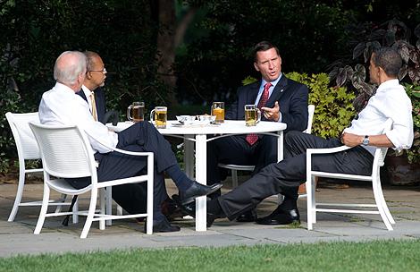 De izquierda a derecha: Biden, Gates, el sargento Crowley y Obama toman una cerveza en la Casa Blanca. | AFP