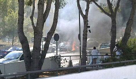 Momento en que explota la bomba que mató a los dos agentes en Calvià. | Efe