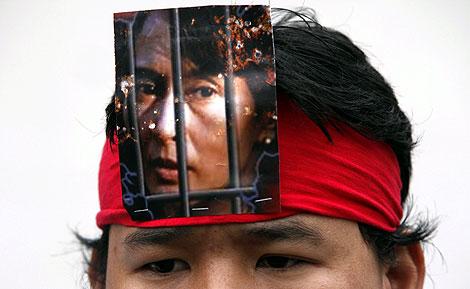 Una simpatizante de Suu Kyi, en una manifestación. | Reuters