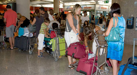 Colas ayer en el aeropuerto de Palma.   Efe