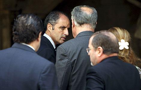 Francisco Camps, seguido de varios miembros de su Gobierno. | EFE