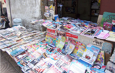 Un quiosco de prensa en una calle de Casablanca. | Foto: Rosa Meneses