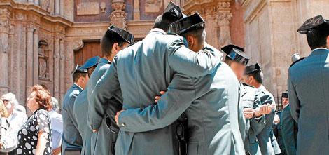 Varios agentes se abrazan durante el funeral de las víctimas. | Alberto Vera