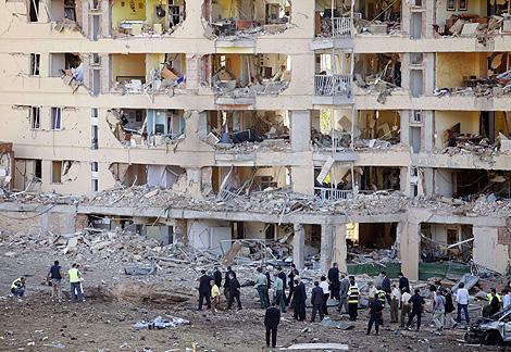 Rubalcaba visita uno de los edificios del cuartel de Burgos donde ETA puso una bomba.   AFP