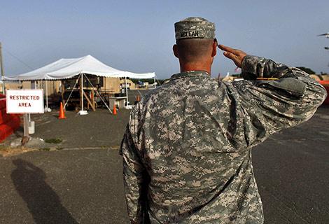 Un soldado estadounidense en la base de Guantánamo. | EFE