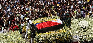 Trasladan los restos mortales de 'Cory' Aquino por las calles de Manila. | Efe