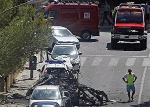 Imagen de los restos del coche tras el atentado | Reuters